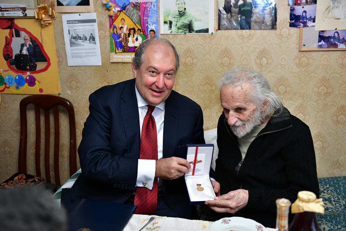Президент Армен Саркисян вручил Ерванду Манаряну нагрудный знак Народного артиста Армении