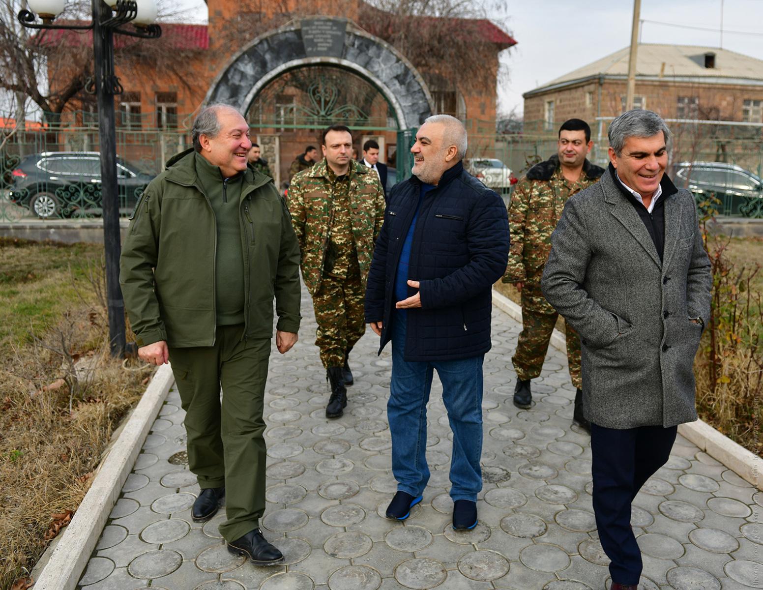 Президент Армении посетил семью Вазгена Саргсяна