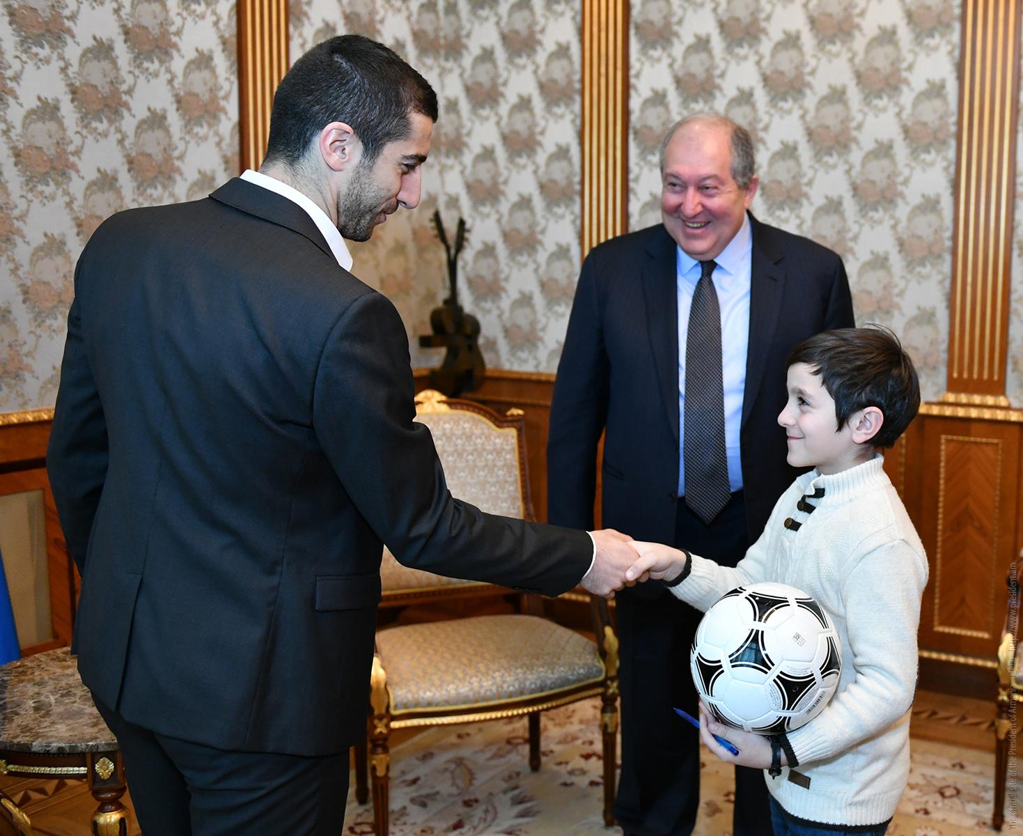 Мечты сбываются: о встрече президента Армении с Генрихом Мхитаряном и его маленьким поклонником из Гюмри