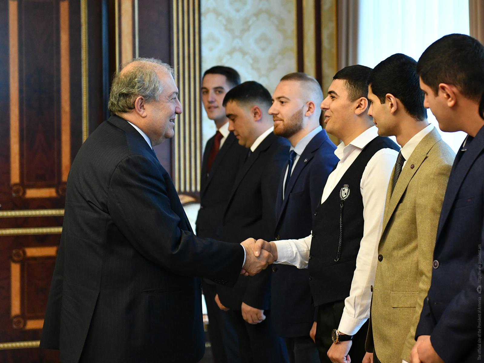 «Войну выигрывают не только оружием»: президент Армении встретился с участниками Апрельской войны 2016 года