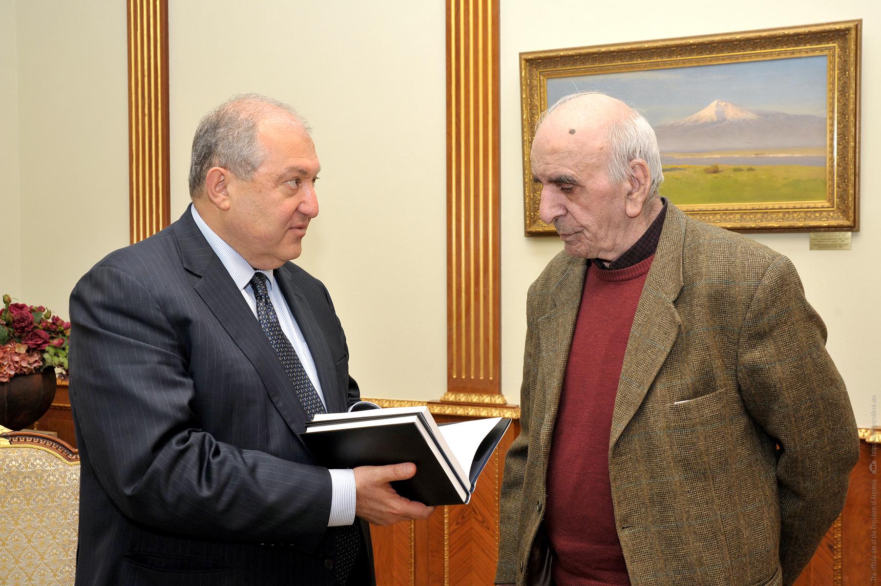 Артавазд Пелешян подарил свою книгу президенту Армену Саркисяну