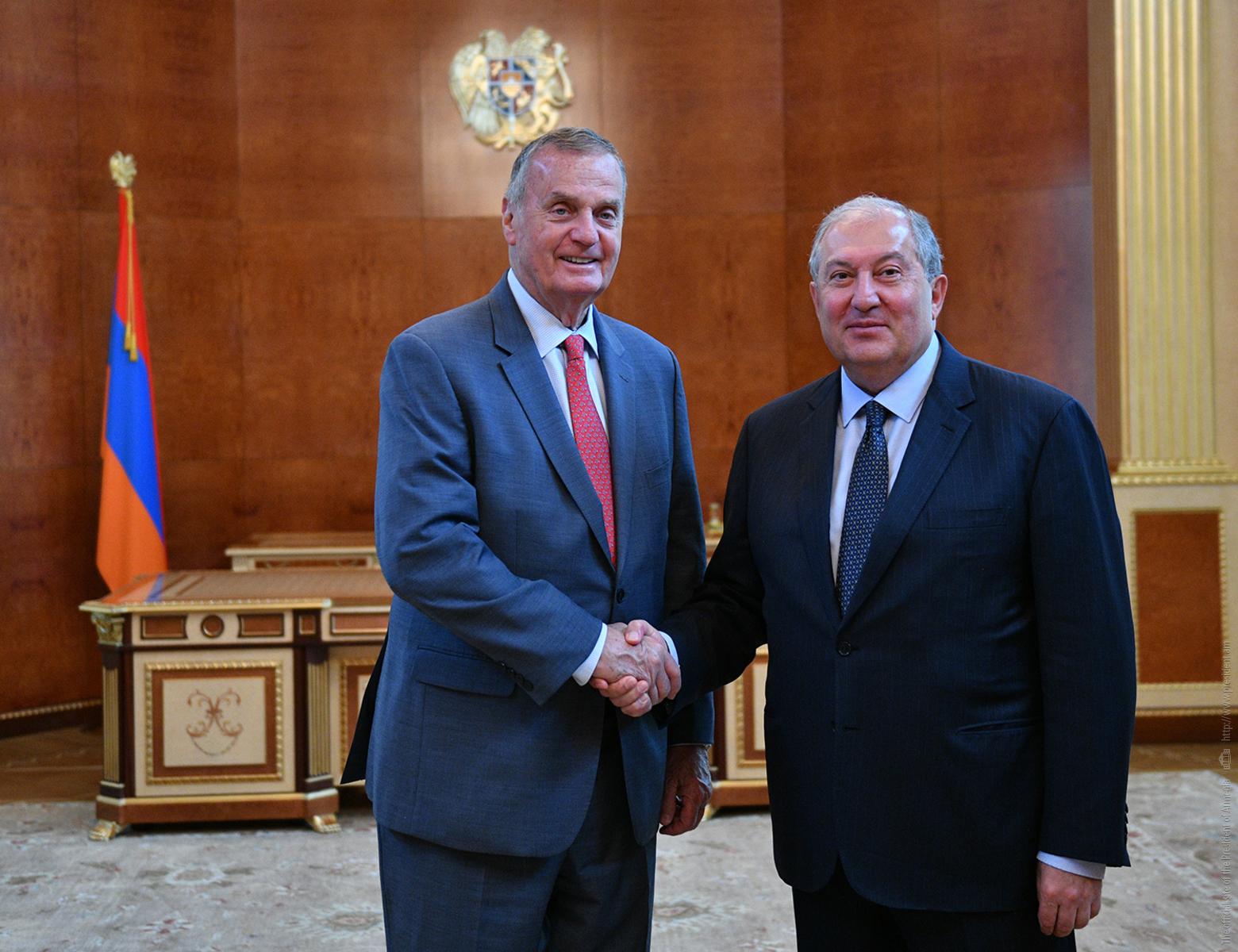 Президент Армении встретился с бывшим главнокомандующим войсками НАТО