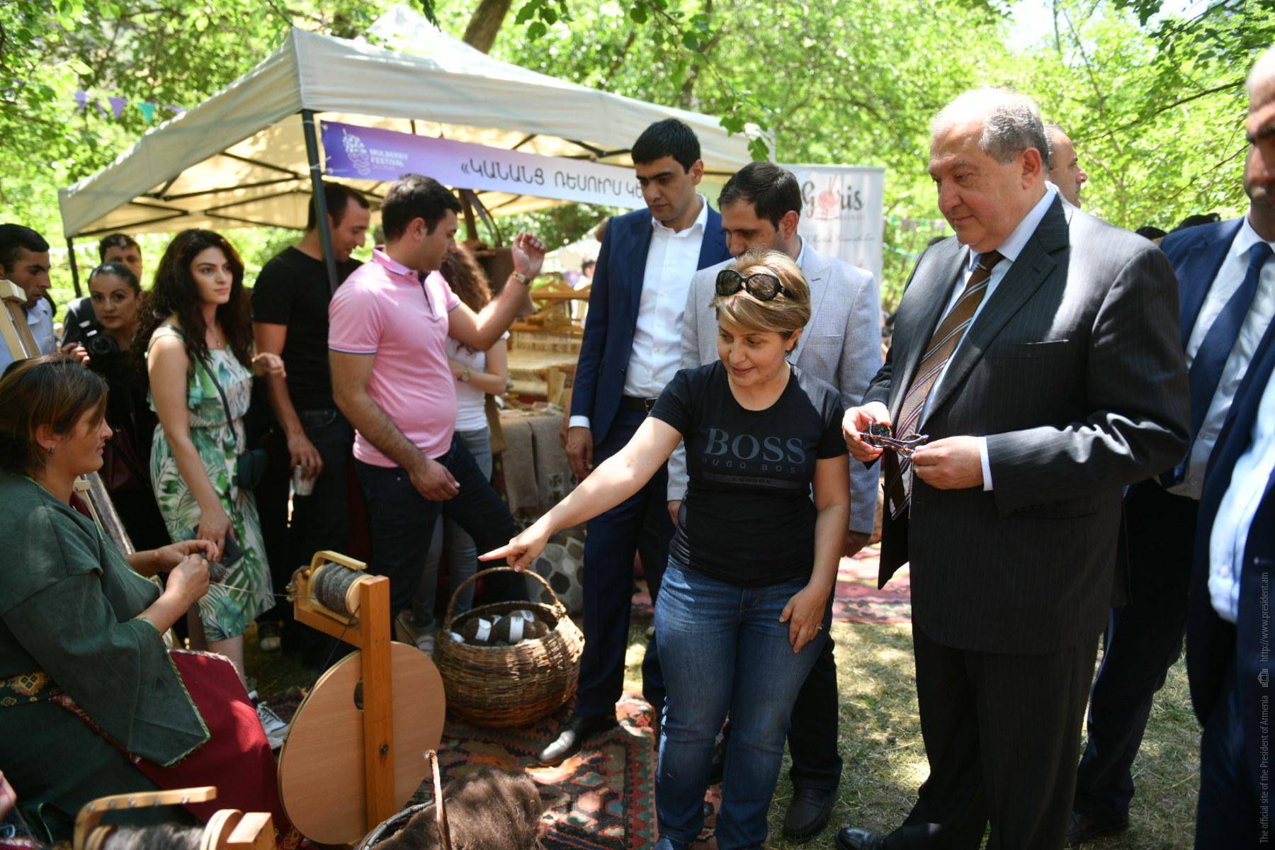 Президент Армении станцевал с участниками фестиваля туты в Караундже